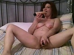 Webcamfun milf spreadlegs and uses dildo